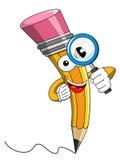 Fumetto della mascotte della matita che guarda lente d'ingrandimento Fotografia Stock Libera da Diritti