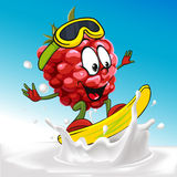 Fumetto divertente del lampone che pratica il surfing sul latte che spruzza onda Fotografia Stock