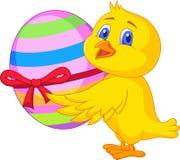 Fumetto sveglio del pollo con l'uovo di Pasqua Immagini Stock