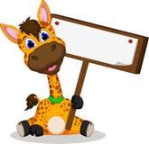 Fumetto sveglio della giraffa che tiene segno in bianco Immagine Stock