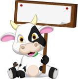 Fumetto sveglio della mucca con la scheda in bianco royalty illustrazione gratis