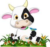 Fumetto sveglio della mucca sul giardino floreale Fotografie Stock Libere da Diritti