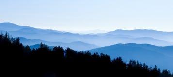 fumeux panoramique de montagnes Images stock