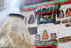Fumez au mur de prière à Lhasa, Thibet Image libre de droits