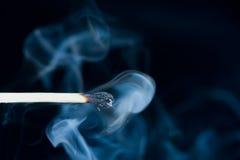 Fumez d'une correspondance qui a été juste éteinte, photos libres de droits
