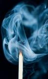 Fumez d'une correspondance qui a été juste éteinte, images libres de droits