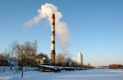 Fumez de la cheminée et de la construction moderne à l'hiver Photos libres de droits