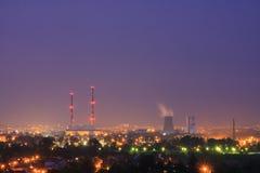 Fumez des tuyaux de la station de la chaleur, Cracovie, Pologne Image stock