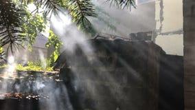 Fumez et les rayons du ` s de Sun empalés banque de vidéos