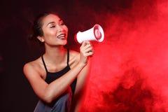 Fumez la lèvre foncée de cheveux noirs de Tan Skin Asian Woman avec pelucheux dense Image stock