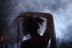 Fumez la lèvre foncée de cheveux noirs de Tan Skin Asian Woman avec pelucheux dense Photo stock