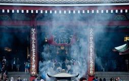 Fumez la scène de la grande lanterne traditionnelle grande du temple de Sensoji photos stock