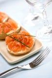 Fumez les saumons avec le fromage fondu et un tableau de bord frais de poivre noir de fissure Images stock