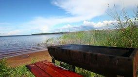 Fumi dal barbecue al giorno di estate vicino al lago video d archivio