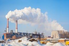 Fumi dal camino della fabbrica in Siberia Fotografia Stock