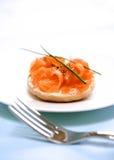 Fumi i salmoni con formaggio cremoso fotografia stock libera da diritti