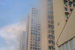 fumigazione repellente della zanzara sul palazzo multipiano della costruzione di alloggio fotografie stock libere da diritti