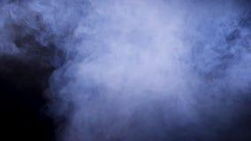 Fumo abstrato denso no fundo preto filme