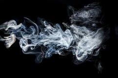 Fumo abstrato no fundo preto Fotos de Stock Royalty Free