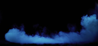 Fumo azul que roda no interior sujo, escuro Fotografia de Stock Royalty Free