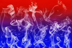 Fumo bianco astratto nel fondo blu e rosso royalty illustrazione gratis
