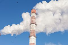 Fumo bianco dai tubi contro lo sfondo del cielo immagini stock libere da diritti