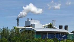Fumo bianco dalla pianta di fabbrica sopra il fondo del cielo blu stock footage