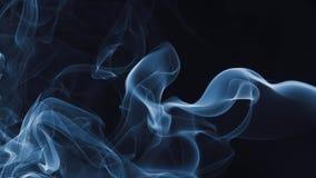 Fumo blu su priorità bassa nera immagini stock