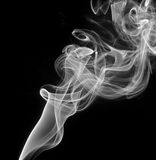Fumo branco abstrato no fundo preto Foto de Stock