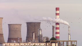 Fumo branco da refinaria petroquímica video estoque