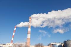 Fumo branco das tubulações na perspectiva do céu imagem de stock