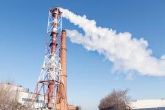 Fumo branco das tubulações na perspectiva do céu azul fotos de stock
