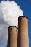 Fumo branco fora do smokestack industrial fotos de stock royalty free