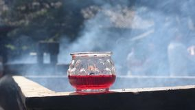 Fumo bruciante di incenso e della candela stock footage