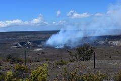 Fumo che aumenta da un cratere del vulcano attivo durante il chiaro giorno di estate fotografia stock libera da diritti
