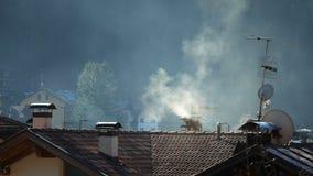 Fumo che esce dal chinmey in paesino di montagna di mattina Concetto di riscaldamento globale di inquinamento video d archivio
