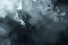 Fumo che galleggia lentamente attraverso lo spazio contro Fotografie Stock Libere da Diritti