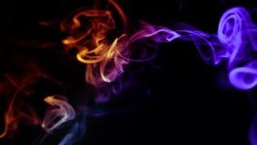 Fumo colorido abstrato no fundo preto, filme