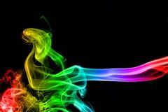 Fumo colorido do inclinação abstrato isolado em um preto fotografia de stock
