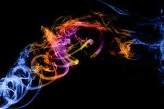 Fumo colorido do sumário isolado em um preto fotos de stock