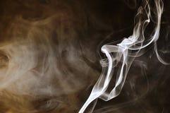 Fumo com fundo escuro fotografia de stock royalty free