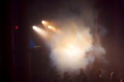 Fumo, concerto e multidão de povos imagens de stock