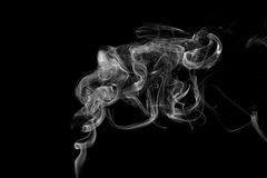 Fumo contra um fundo preto Fotos de Stock