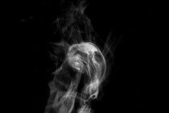 Fumo contra um fundo preto Fotografia de Stock