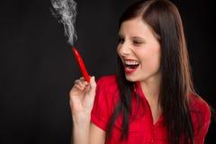 Fumo da mulher nova do retrato da pimenta de pimentão encarnado fotografia de stock royalty free
