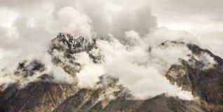 Fumo da nuvem com montanha da neve Imagem de Stock Royalty Free
