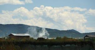 fumo da queimadura 4k & tibetano-casas, nuvens sobre montanhas em Shangri-La yunnan video estoque