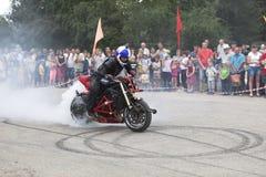 Fumo da roda da mostra da motocicleta de Alexei Kalinin da motocicleta na vila Verhovazhe, região de Vologda, Rússia Fotografia de Stock