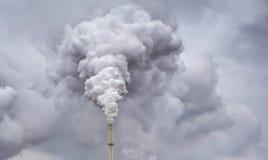 Fumo da tubulação da fábrica fotografia de stock