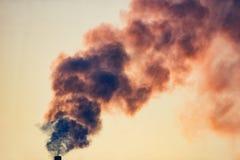 Fumo da un tubo contro il cielo Fotografia Stock Libera da Diritti